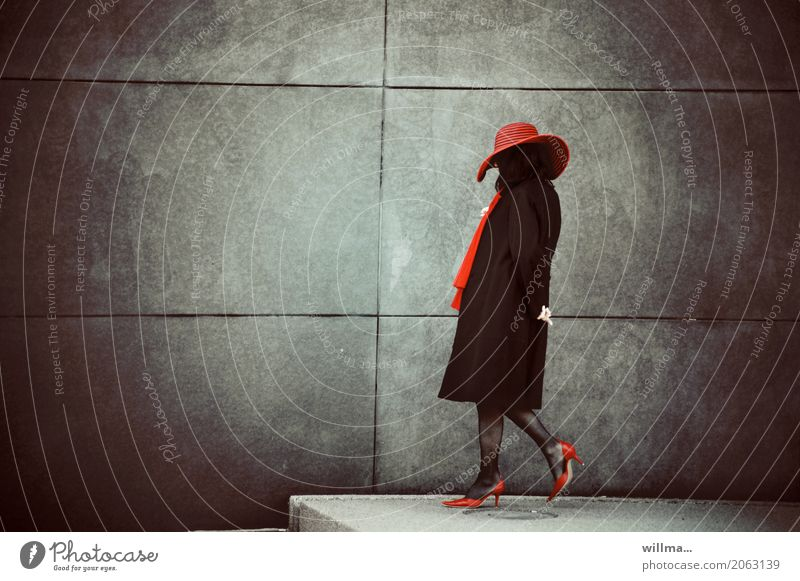 Die Dame mit dem roten Hut Frau elegant Stil Mensch feminin Erwachsene Leben Damenschuhe Schal schwarz Wand Madame Abend Ganzkörperaufnahme Profil Lifestyle
