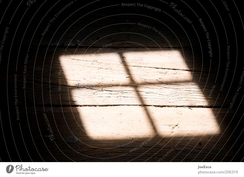 dachbodenfund... Fenster bedrohlich dreckig dunkel schön Wärme Geometrie Fensterkreuz Dielenboden Flur Holzfußboden Dachfenster Linie Dachboden Farbfoto