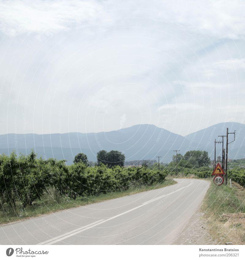 No Particular Place to Go Himmel Pflanze Sommer Ferien & Urlaub & Reisen Wolken Einsamkeit Straße Berge u. Gebirge hell Ausflug Sträucher Ziel Hinweisschild