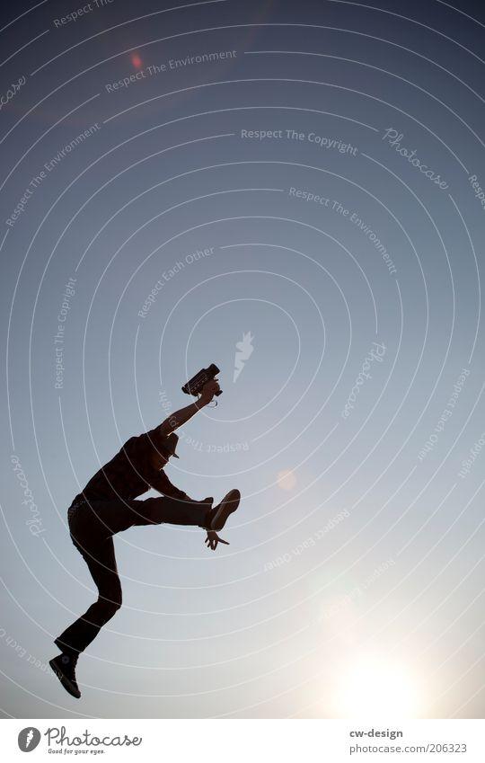 FILMREIF Mensch Jugendliche Sonne Freude Leben springen Freiheit Erwachsene maskulin Erfolg Lifestyle Fröhlichkeit Filmindustrie Freizeit & Hobby Videokamera