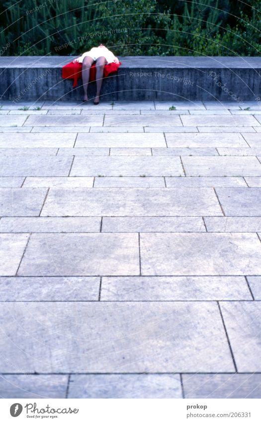 Tatort Frau Mensch Erwachsene Erholung feminin Tod kalt Gefühle Stein träumen Platz liegen Pause einzigartig Müdigkeit Junge Frau