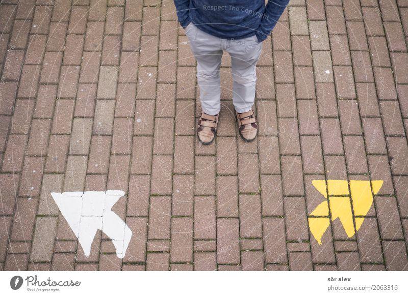 Und nun? Kindererziehung Bildung Schule lernen Schulkind Schüler Mensch maskulin Kindheit Leben Beine Fuß 1 Hose Schuhe Pfeil Erwartung Optimismus Perspektive