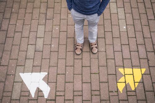 Und nun? Mensch Kind Leben Beine Schule Fuß maskulin Zufriedenheit Kindheit Schuhe Perspektive Zukunft lernen Wandel & Veränderung Bildung Hose
