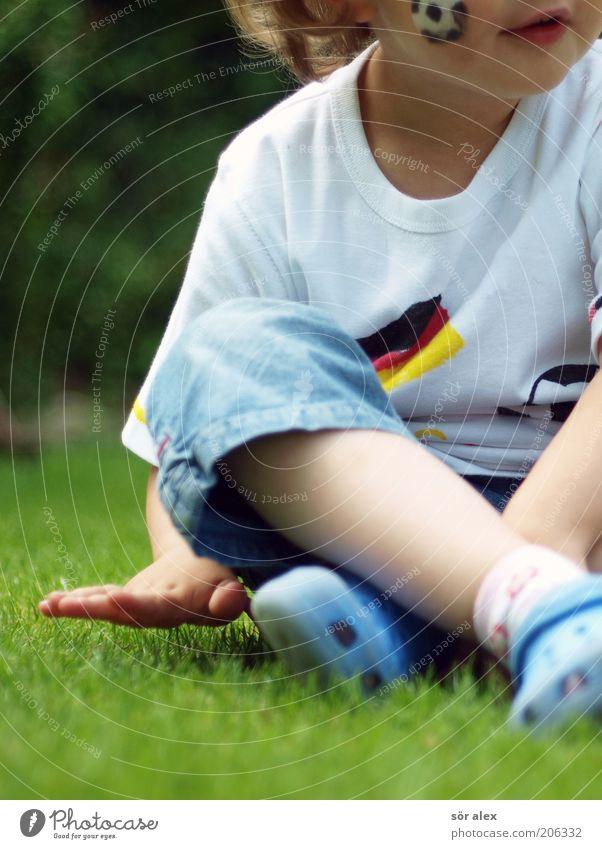 feel the lawn Mensch Kind Hand rot Mädchen Freude schwarz Erholung gelb feminin Leben Spielen Glück Kindheit Fußball sitzen