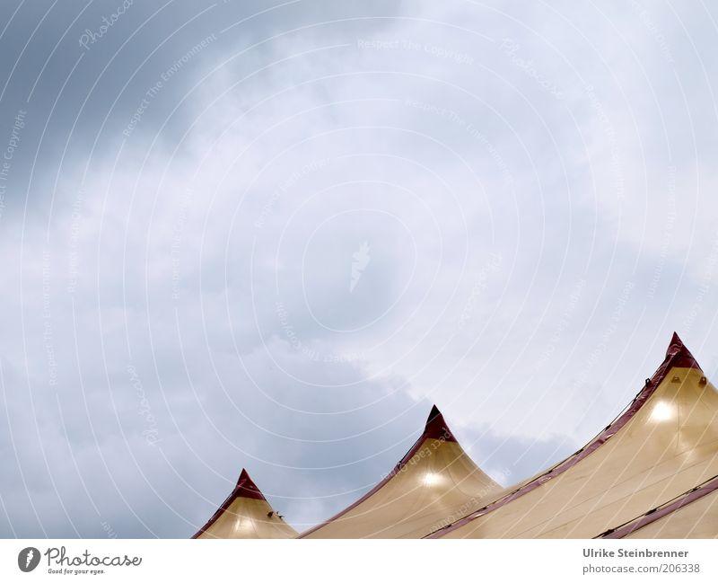 Freiburger Dreispitz (FR 6/10) Himmel rot Wolken gelb Dach Spitze Kunststoff Zirkus Wetterschutz Zacken Zelt Wolkenhimmel Zirkuszelt Zeltplane