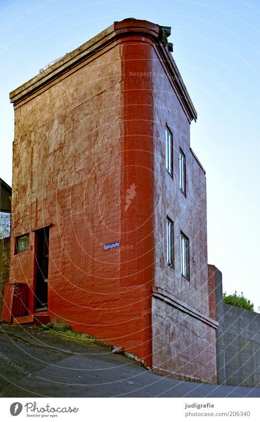 Färöer rot Haus Gebäude Architektur außergewöhnlich Bauwerk Dänemark eckig Einfamilienhaus Føroyar Eckgebäude Tórshavn