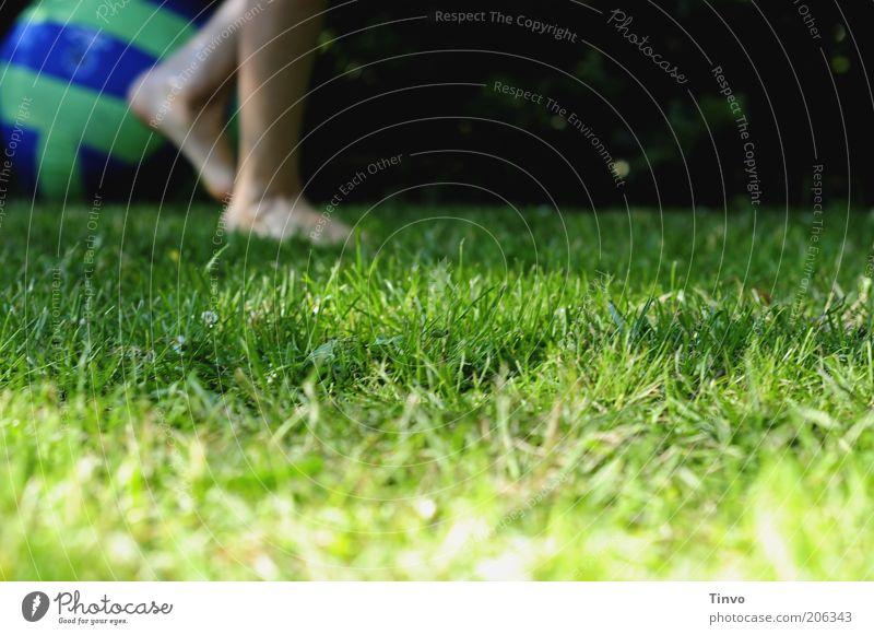 Das Spiel ist aus... Mensch Kind grün blau Sport Wiese Spielen Bewegung Garten Fuß Beine gehen Ball Rasen Ende