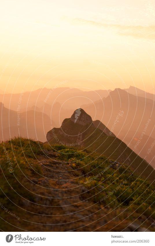 Erwachen ruhig Landschaft Gipfel leuchten Unendlichkeit beruhigend Berge u. Gebirge Horizont Pause Wege & Pfade Ziel Morgen Ferne Textfreiraum oben Luft