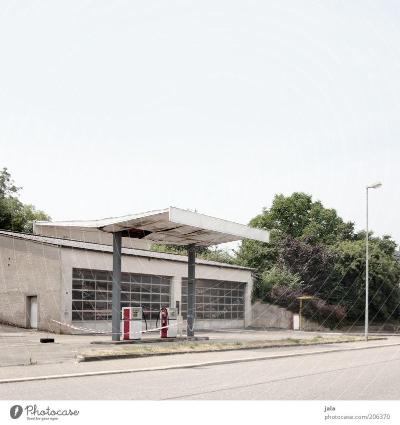tanke Himmel Baum Pflanze Einsamkeit Straße grau Gebäude Architektur trist Sträucher Bauwerk Verkehrswege Straßenbeleuchtung Benzin Tankstelle tanken
