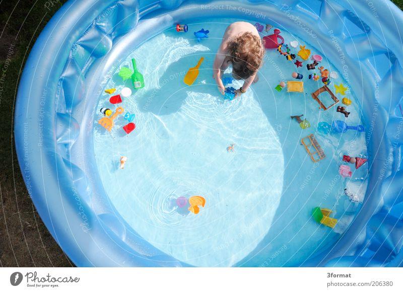 PLASTIKWELT Mensch Kind blau Sommer Einsamkeit Spielen Haare & Frisuren Kindheit Schwimmen & Baden rund Schwimmbad Kunststoff Spielzeug Kleinkind Ferien & Urlaub & Reisen Sommerurlaub