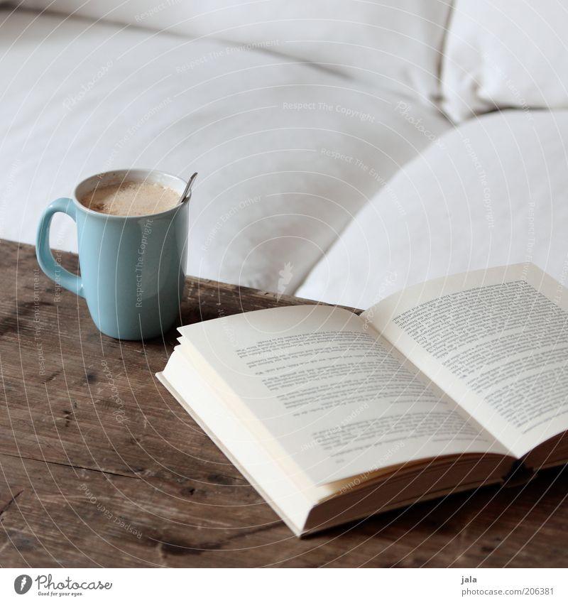 sichs gut gehen lassen Getränk Heißgetränk Kakao Kaffee Latte Macchiato Tasse Löffel Häusliches Leben Wohnung Sofa Tisch Buch Erholung genießen blau braun weiß