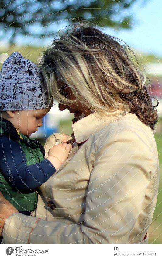 Mutter und Kind Lifestyle Freizeit & Hobby Häusliches Leben Kindererziehung Bildung Kindergarten Lehrer Mensch Baby Kleinkind Weiblicher Senior Frau Eltern