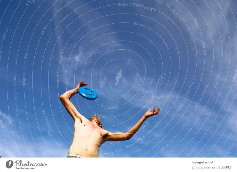 Frisbee-König Mann Jugendliche Himmel Sonne blau Sommer Freude Ferien & Urlaub & Reisen Wolken Sport Leben springen Spielen Bewegung Wärme