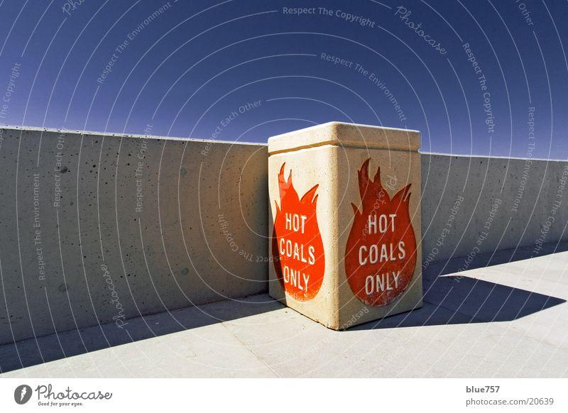 Hot Coals Only grau rot Schlagschatten weiß Buchstaben Brand obskur Perspektive straight Himmel blau Beton Container Linie concrete wall grey red blue shadow