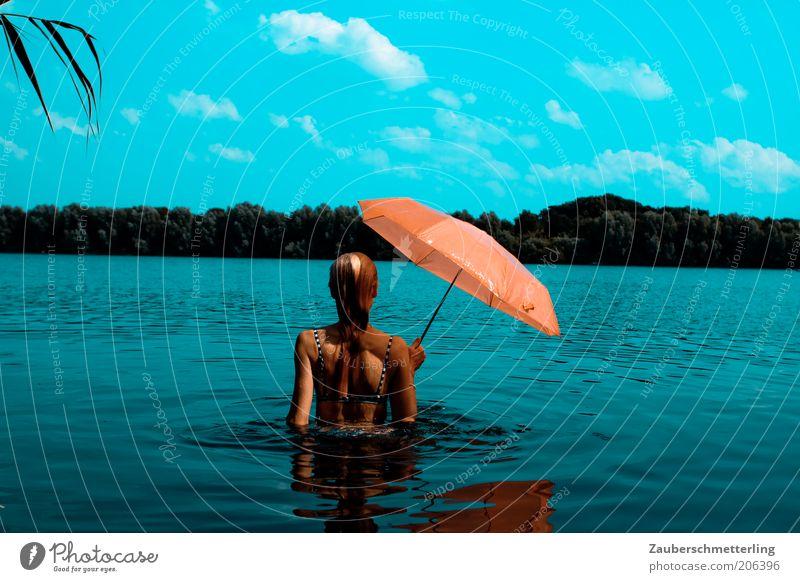 so schmeckt der Sommer Jugendliche Wasser schön Himmel blau Ferien & Urlaub & Reisen Wolken feminin träumen Wärme Stimmung orange Erwachsene nass Rücken