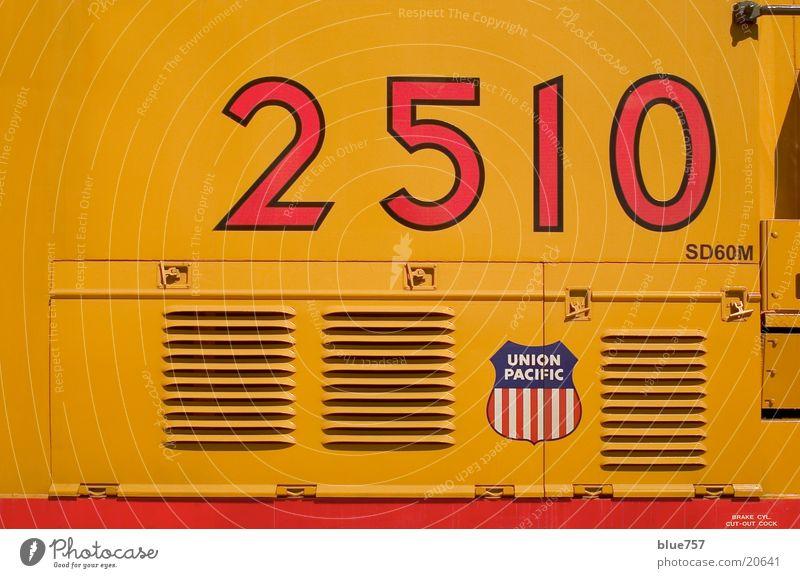 2510 Diesellokomotive Lüftungsschlitz Logo gelb rot weiß Verkehr union pacific blau Ziffern & Zahlen vents red blue white numbers