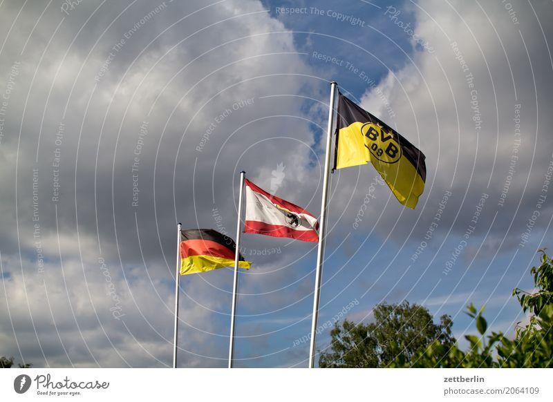 Drei Fahnen (zufallsgeneriert) Berlin Deutschland Wind Fußball Deutsche Flagge Sturm wehen Fahnenmast Fan Nationalitäten u. Ethnien flattern Patriotismus