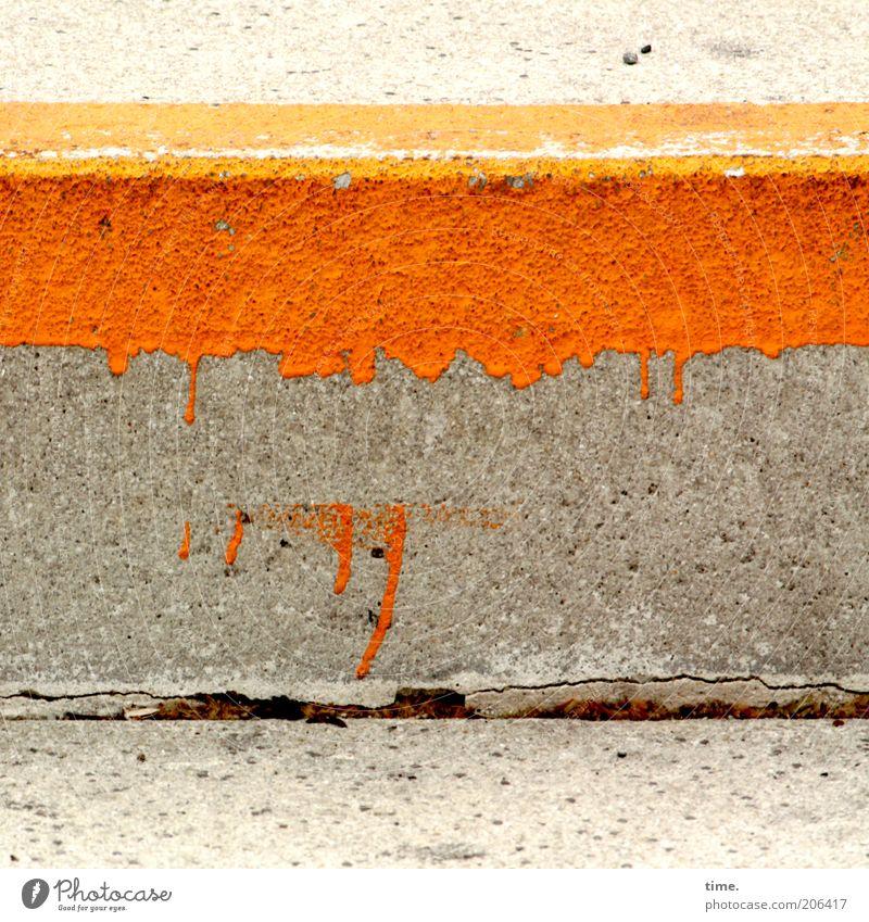 [H10.1] - Klotz mit Klecker Beton grau Farbe Bordsteinkante Farbstoff orange Fuge klecksen Bodenbelag Überzug unvollendet Makel mehrfarbig Außenaufnahme