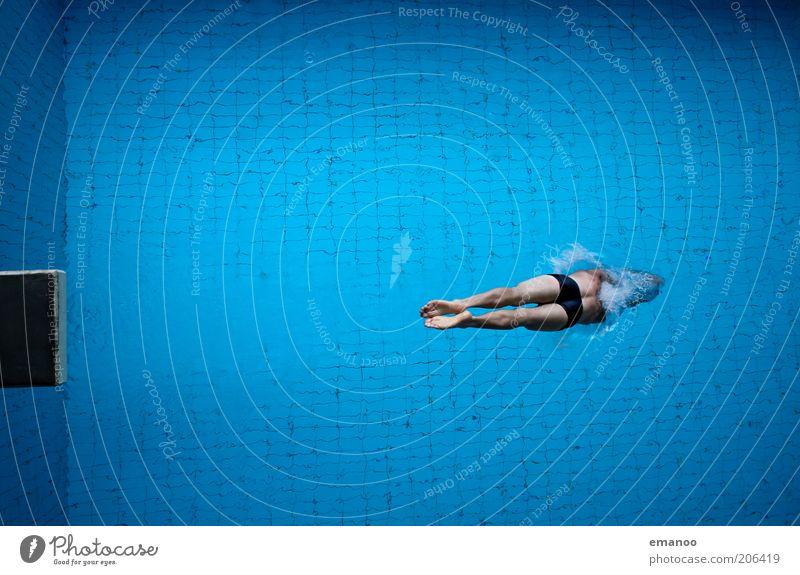 deep impact Mann Jugendliche Wasser blau Freude Erwachsene Sport Freiheit Bewegung springen Freizeit & Hobby hoch Schwimmen & Baden maskulin Lifestyle Schwimmbad