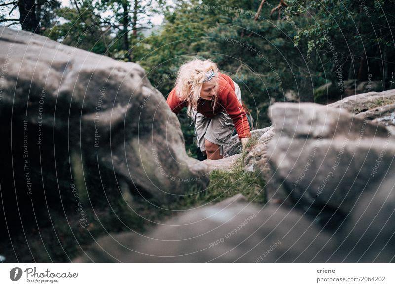 Junge Frau, die oben einen Berg wandert Lifestyle Freude Leben Wohlgefühl Erholung Freizeit & Hobby Ferien & Urlaub & Reisen Tourismus Ausflug Abenteuer