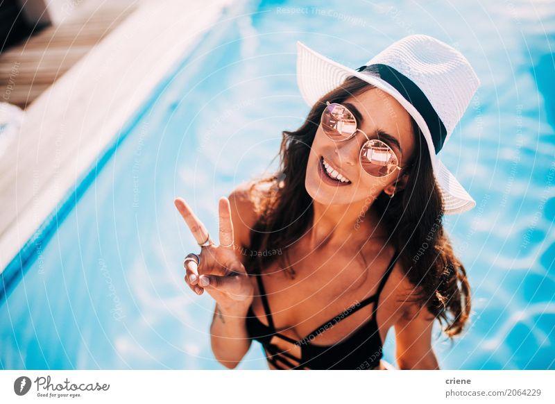 Frau, die das Friedenszeichen steht im Swimmingpool macht Lifestyle Freude Glück Erholung Schwimmbad Ferien & Urlaub & Reisen Freiheit Sommer Mensch feminin