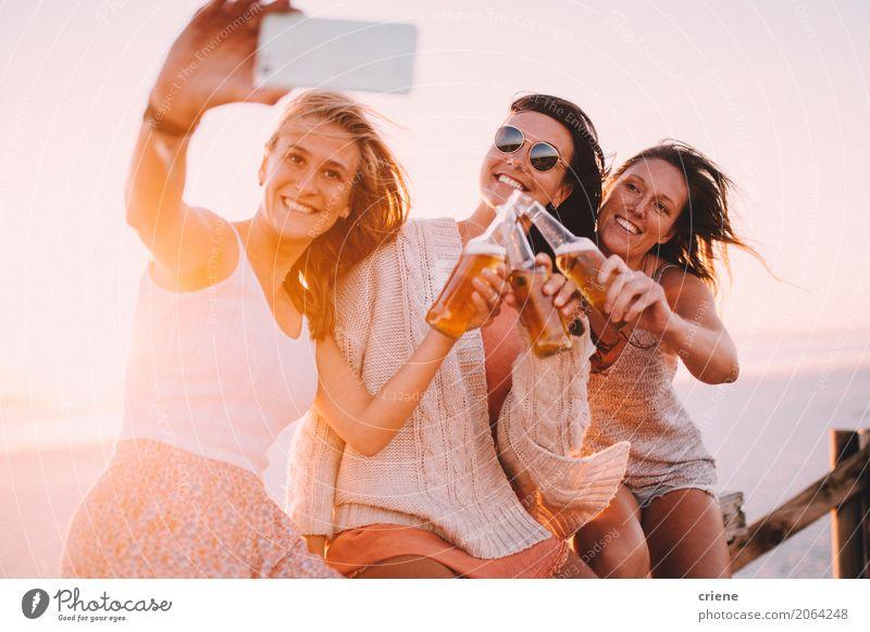 Gruppe des trinkenden Bieres der jungen erwachsenen Frau und Nehmen von selfie Mensch Ferien & Urlaub & Reisen Jugendliche Junge Frau Sommer Sonne Erholung
