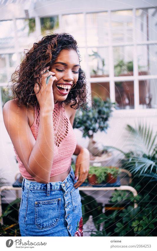 Glückliche afroamerikanische Frau am Telefon Lifestyle Sommer Garten sprechen Handy PDA Technik & Technologie Unterhaltungselektronik Telekommunikation Mensch