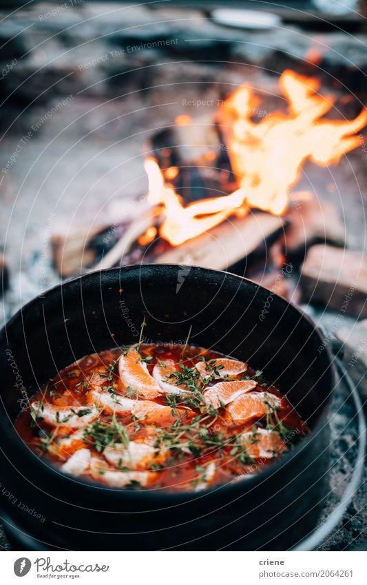 Suppe über offenem Feuer kochen Lebensmittel Orange Eintopf Essen Topf Lifestyle Erholung Ferien & Urlaub & Reisen Abenteuer Camping Küche Wärme wild