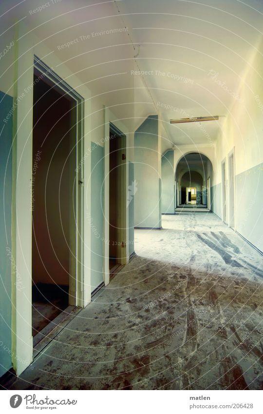 powdered Tür weiß Flur staubig Gedeckte Farben Innenaufnahme Menschenleer Licht Schatten Weitwinkel Zentralperspektive Unbewohnt dreckig Leerstand