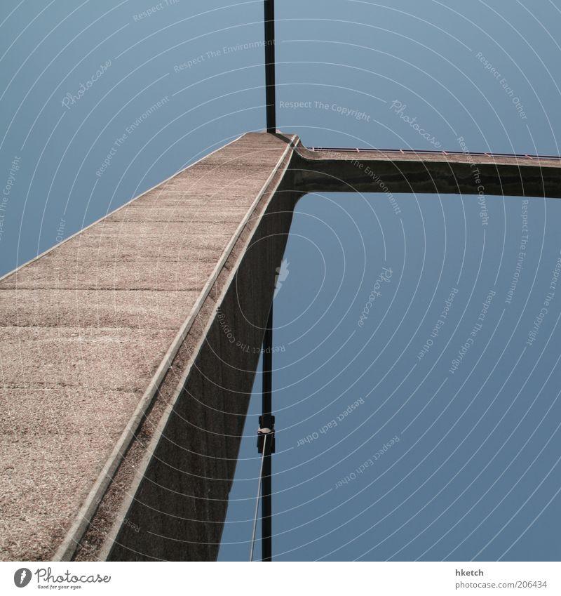 Pfeilerschnell blau braun Beton Brücke Stahlkabel aufwärts Säule vertikal standhaft Natur Pylon Stabilität Verlässlichkeit Wolkenloser Himmel Brückenpfeiler himmelwärts