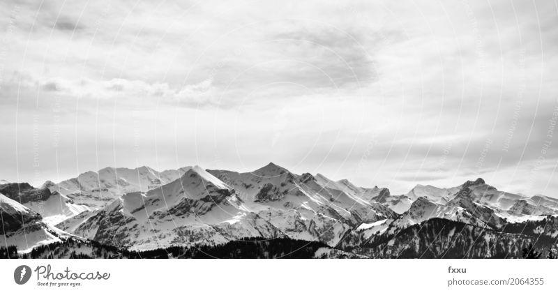 Bergkette in der Schweiz Winter Schnee Winterurlaub Berge u. Gebirge wandern Klettern Bergsteigen Natur Landschaft Wolken Wetter Alpen Gipfel