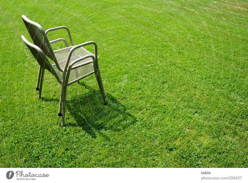 Ein Paar Stühle Stuhl Metall stehen grau grün Ordnung stagnierend Gartenstuhl paarweise Rasen Grünfläche Gras aufeinander Stapel platzsparend Stahlrohrstuhl