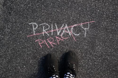Meins Fuß Schriftzeichen Kommunizieren Schilder & Markierungen Schuhe Hinweisschild beobachten Zeichen geheimnisvoll privat Überwachung Daten Warnschild