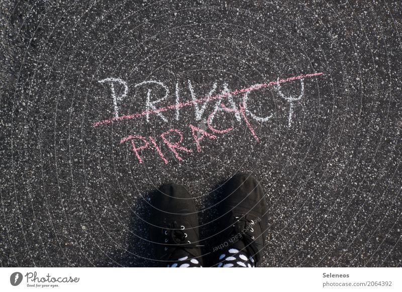 Meins Fuß Schuhe Zeichen Schriftzeichen Schilder & Markierungen Hinweisschild Warnschild beobachten Kommunizieren privat Privatsphäre Privatleben geheimnisvoll
