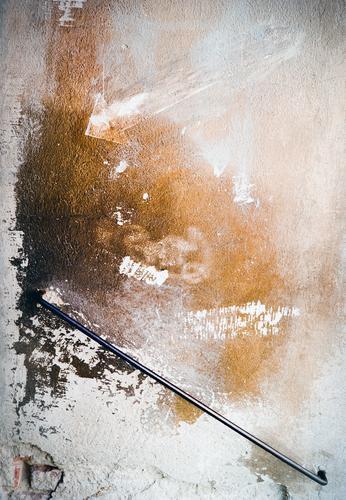 Putz, munter alt weiß schwarz Wand Mauer braun Fassade orange Häusliches Leben Metall Vergänglichkeit historisch Wandel & Veränderung Zeichen Hilfsbereitschaft