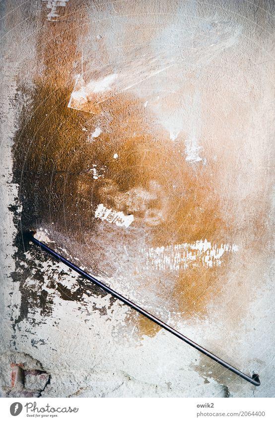 Putz, munter Mauer Wand Fassade Treppengeländer Griff Metall Zeichen Pfeil alt historisch trashig braun orange schwarz weiß Verfall Vergangenheit
