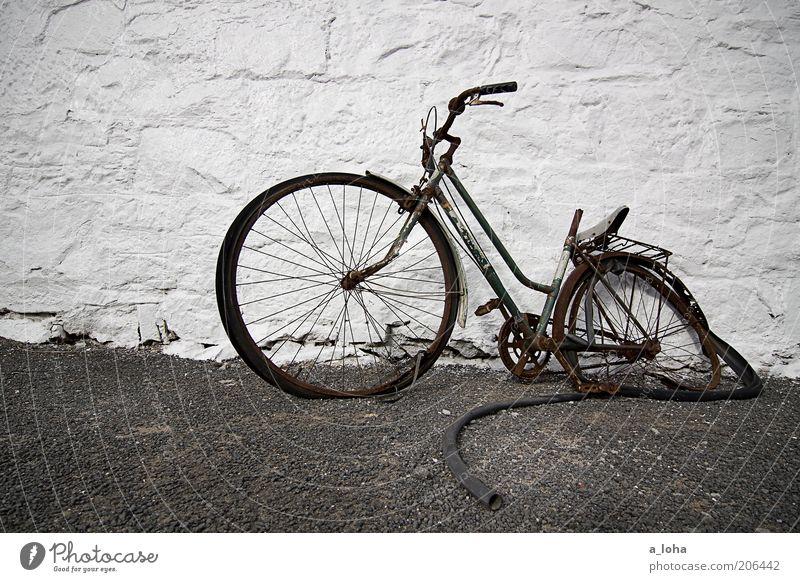 broken Fahrrad Menschenleer Gebäude Mauer Wand Fassade Wege & Pfade Stein alt stehen dreckig einfach kaputt stagnierend Verfall Vergänglichkeit Zerstörung