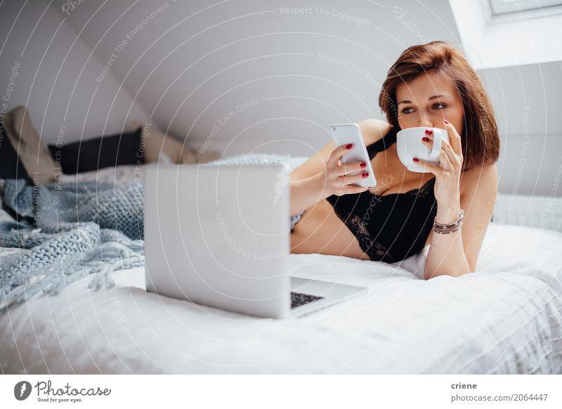 Frau Surfen mit Smartphone und Laptop im Bett trinken Kaffee Lifestyle Freizeit & Hobby Schlafzimmer lernen Telefon Handy PDA Notebook Technik & Technologie