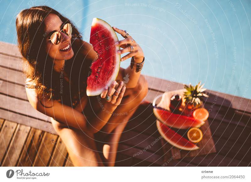 Junge lächelnde Frau im Badeanzug, der Scheibe der Wassermelone hält Frucht Ernährung Essen Diät Lifestyle Gesunde Ernährung Schwimmbad Ferien & Urlaub & Reisen