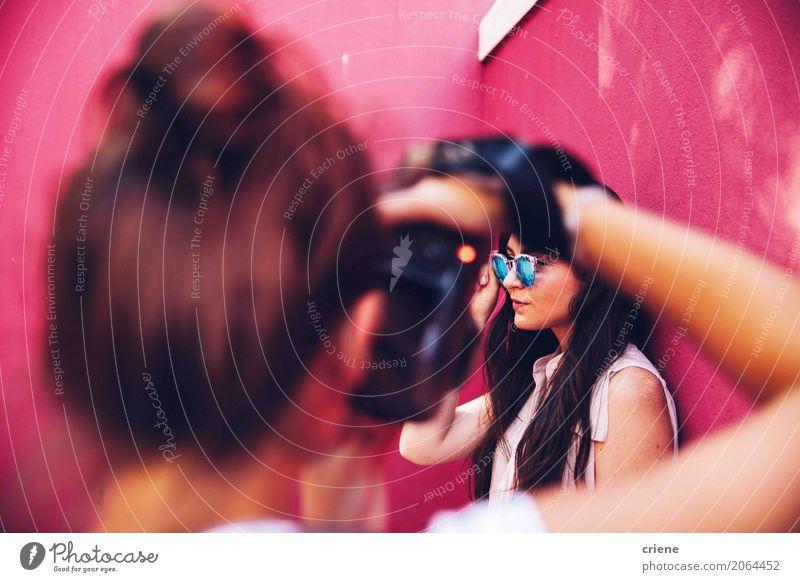 Fotograf, der Foto der Frau macht Lifestyle Freizeit & Hobby Arbeit & Erwerbstätigkeit Beruf Mensch feminin Junge Frau Jugendliche Erwachsene 2 rosa
