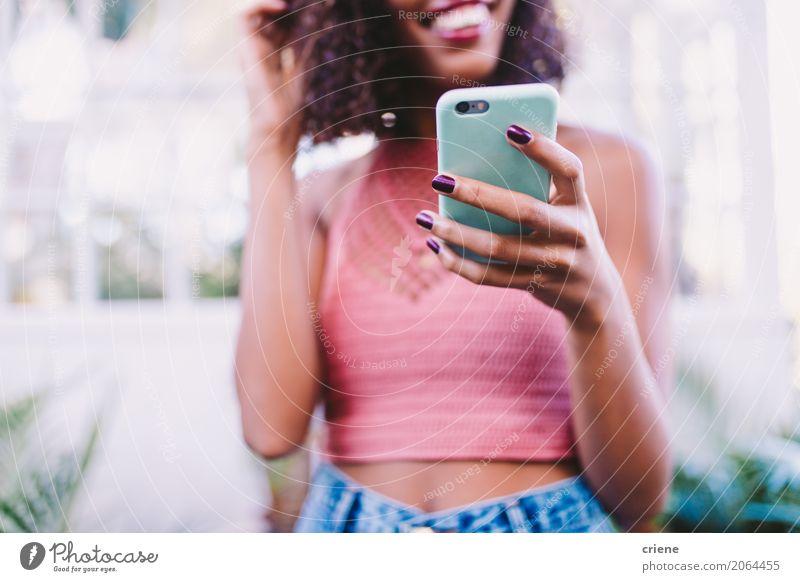 Nahaufnahme der Frau, die Smartphone verwendet Mensch Jugendliche Junge Frau Lifestyle feminin modern Technik & Technologie Lächeln Telefon Internet Handy