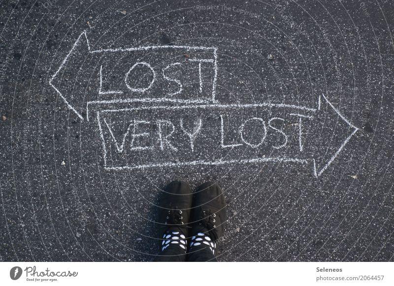 Orientierungshilfe Mensch Fuß 1 Schuhe Zeichen Schriftzeichen Schilder & Markierungen Hinweisschild Warnschild Linie Pfeil Zukunftsangst Verzweiflung