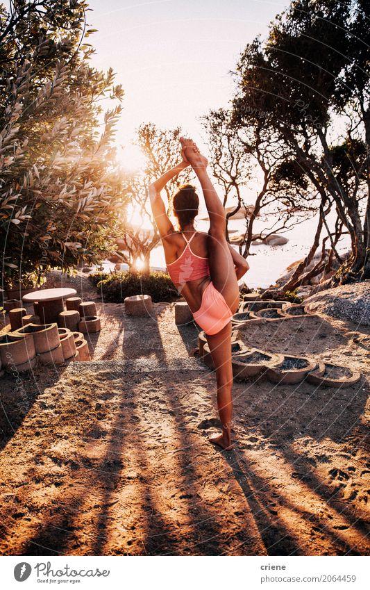 Weiblicher Athlet, der stehende Spalte im Freien tut Lifestyle elegant Körperpflege sportlich Fitness Freizeit & Hobby Sommer Tanzen Sport Sport-Training Yoga