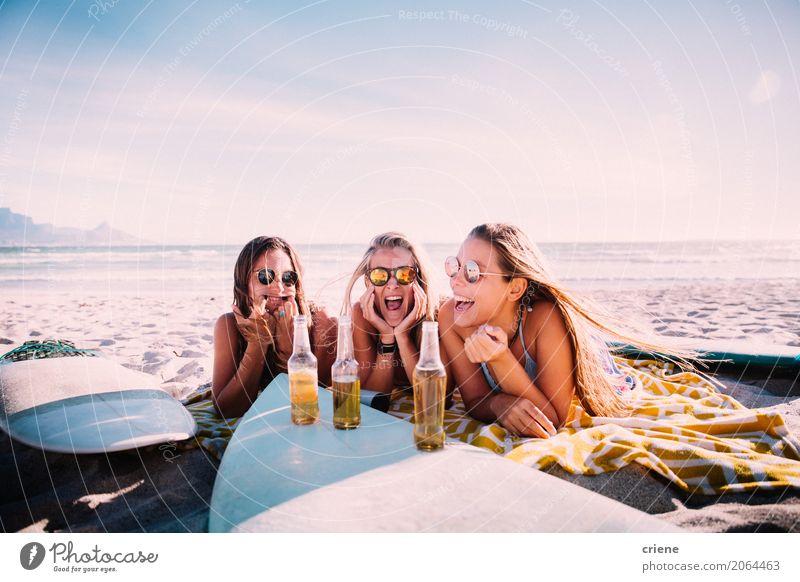 Junge erwachsene Mädchen, die Bier am Strand trinken und Spaß haben Getränk Erfrischungsgetränk Alkohol Flasche Lifestyle Freude Freizeit & Hobby