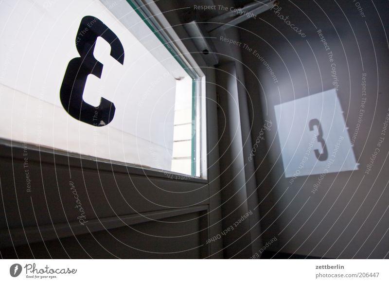 Kleines Finale 3 Ziffern & Zahlen Beschriftung Hausnummer zählen Schriftzeichen Typographie Glas Fensterscheibe Scheibe Tür Durchgang Licht durchsichtig