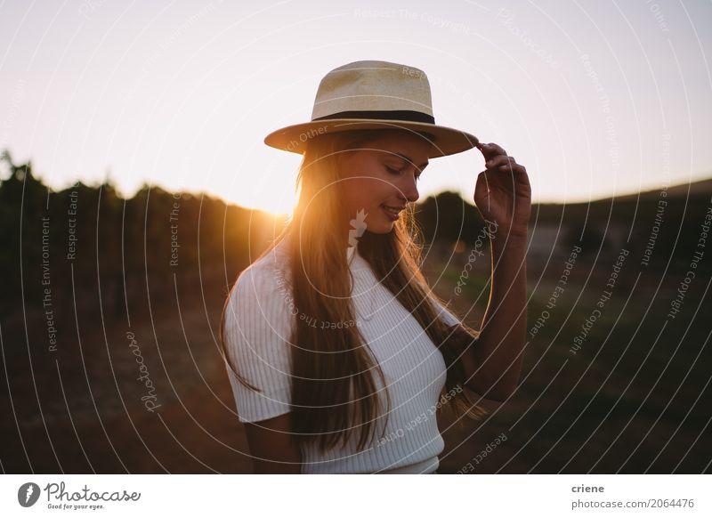 Portrait von Countrygirl auf Bauernhof im Sonnenuntergang Lifestyle Freude Glück Mensch feminin Junge Frau Jugendliche Erwachsene 1 18-30 Jahre Natur Landschaft
