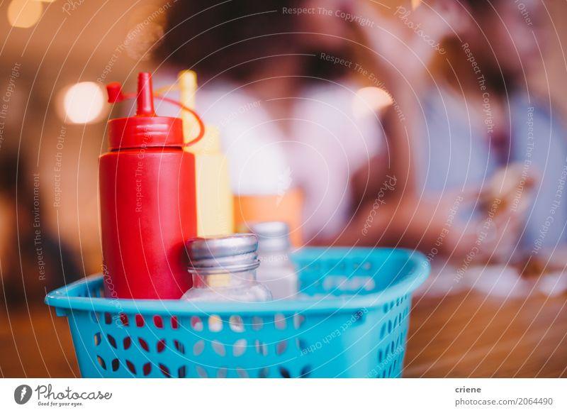 Nahaufnahme von Soßen und von Gewürzen in der Gaststätte Lebensmittel Kräuter & Gewürze Ernährung Essen Mittagessen Abendessen Fastfood Flasche Tisch Restaurant