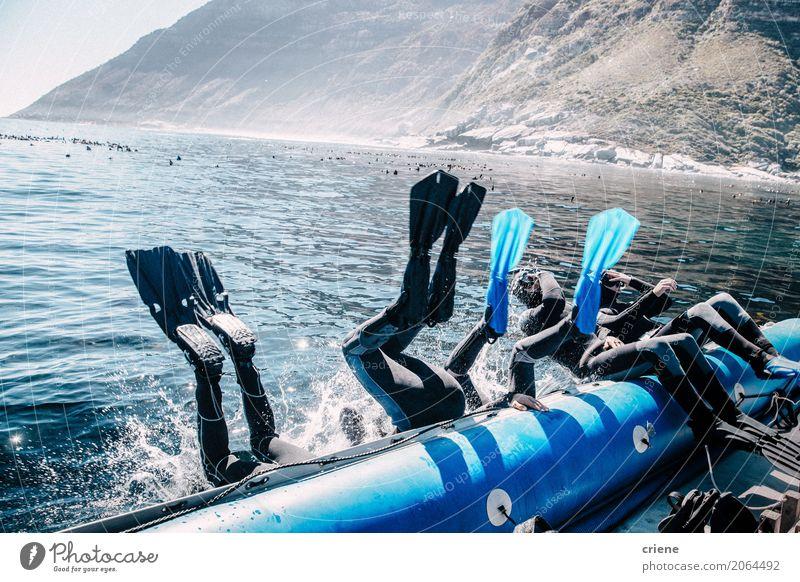 Gruppe Freunde, die vom Boot für einen Sturzflug springen Mensch Ferien & Urlaub & Reisen Sommer Meer Freude Lifestyle Sport Menschengruppe Wasserfahrzeug