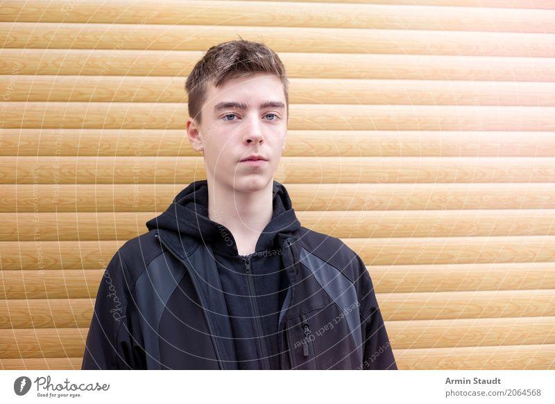 Porträt - Rolladen Lifestyle Stil Sinnesorgane ruhig Mensch maskulin Junger Mann Jugendliche 1 13-18 Jahre Rollladen beobachten stehen warten Coolness einfach