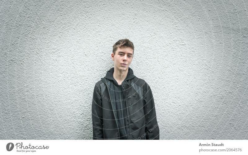 Neulich vor der Wand Lifestyle Stil Wohlgefühl Mensch maskulin Junger Mann Jugendliche 1 13-18 Jahre Mauer Lächeln warten Freundlichkeit schön einzigartig